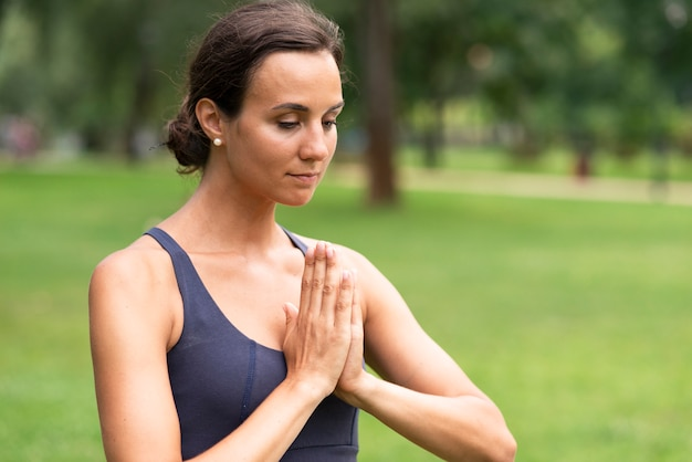 Вид сбоку женщина, размышляя жест рукой