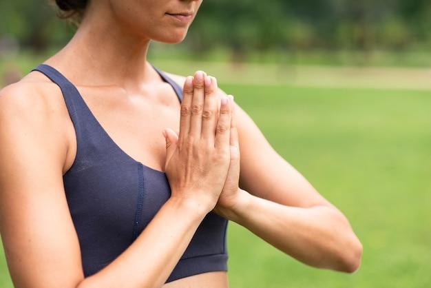 Женщина конца-вверх размышляя жест рукой