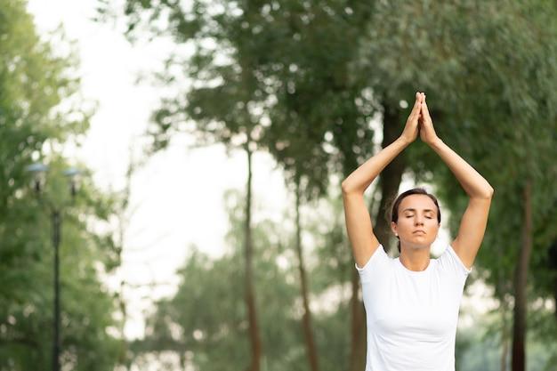 目を閉じて瞑想ミディアムショット女性