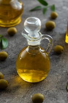 オリーブオイルの小瓶の高いビューをクローズアップ