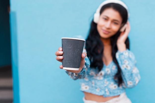 一杯のコーヒーで背景をぼかした写真