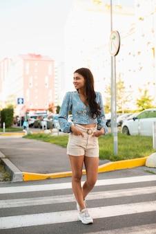 よそ見横断歩道上の女性