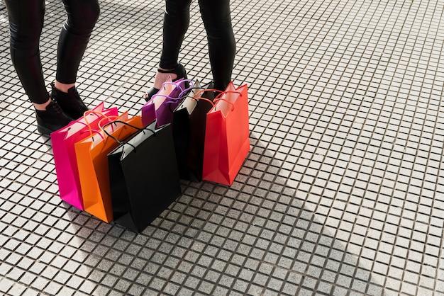 舗装の上に横たわる買い物袋