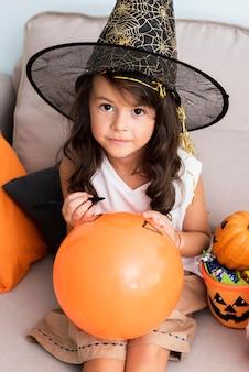 ハロウィーン風船を描く少女