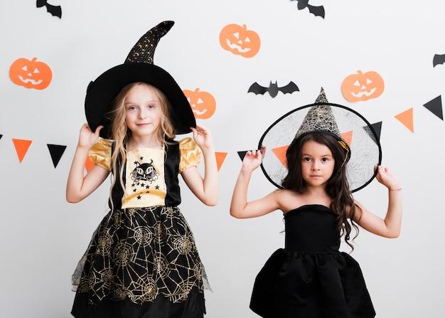 ハロウィーンの魔女の衣装で正面の女の子