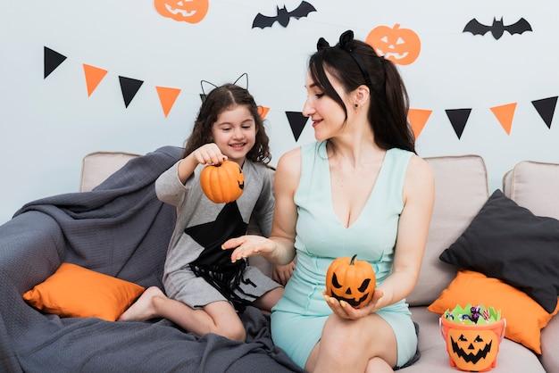 Вид спереди молодой женщины и маленькой девочки