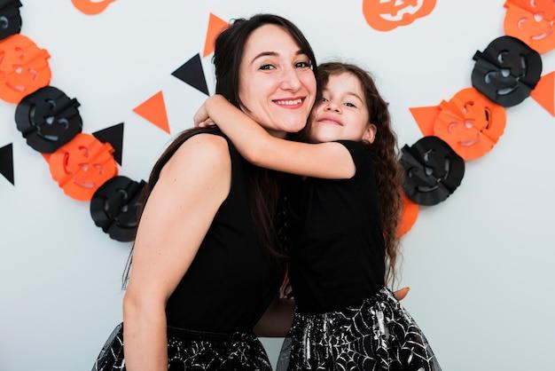 母と娘のカメラ目線の正面図