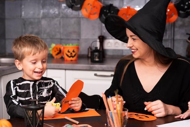 台所で母と息子の正面図