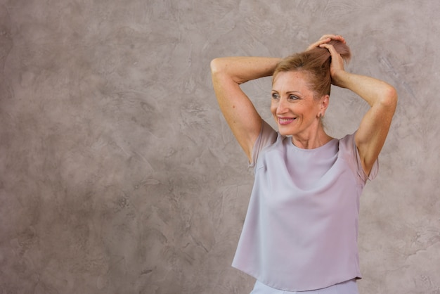 彼女の髪と遊ぶ老婦人