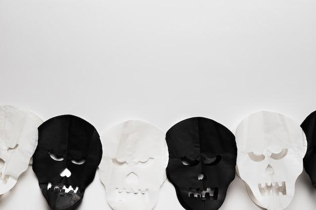 白い背景の上の頭蓋骨とトップビューフレーム