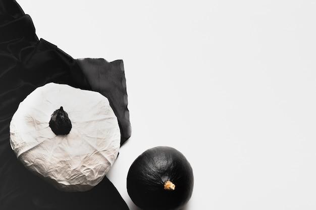 白い背景の上のフラットレイアウトカボチャ