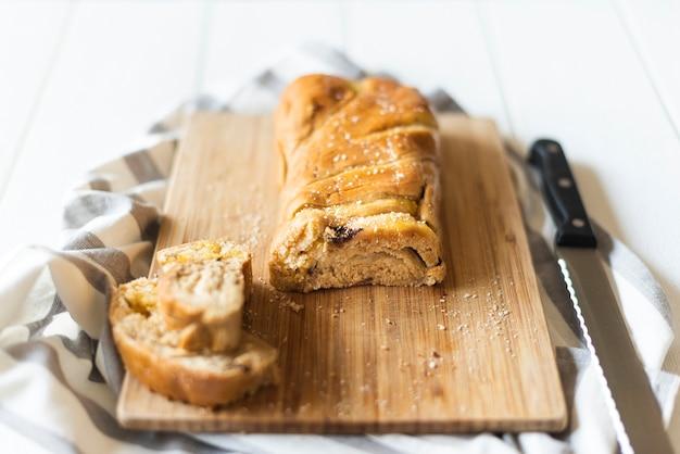 木製のテーブルにチョッパーのパンの高角