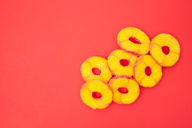 Желе фрукты круг нарезанный на красный стол