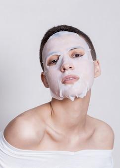 ハイドレーションフェイスマスクを持つ女性