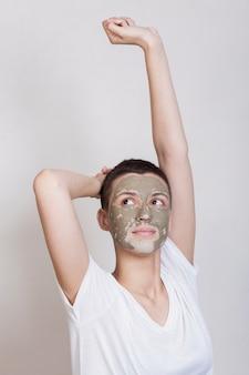 Вид спереди женщина заботится о своей коже