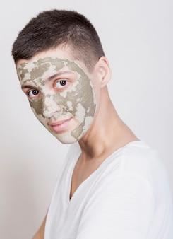 正面マスクを持つ女性