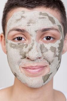 フェイスマスクのクローズアップと正面の女性