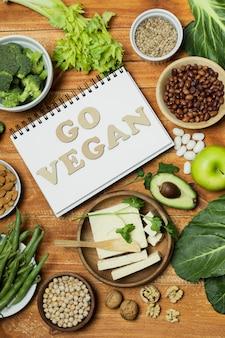ノートブックと健康食品のトップビューの配置