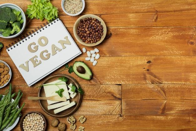 Плоская планировка со здоровой пищей на деревянном фоне