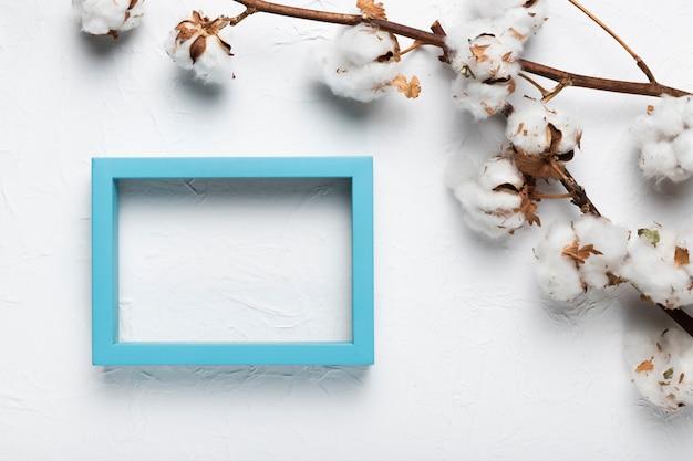 テーブルの上の綿の枝を持つフレーム