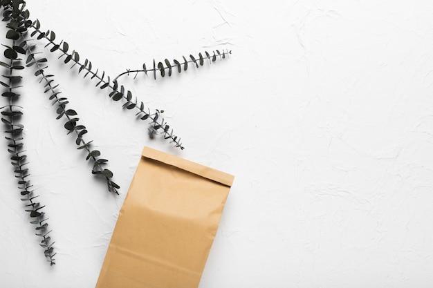 Бумажный пакет с гигиеническими средствами в спа