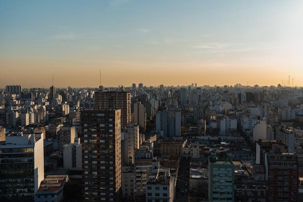 広範な市街地のスカイラインの眺め