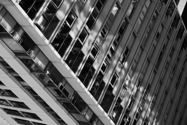白と黒のクローズアップの高層ビル
