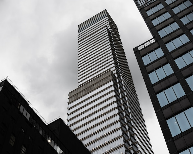 Низкие углы современных небоскребов
