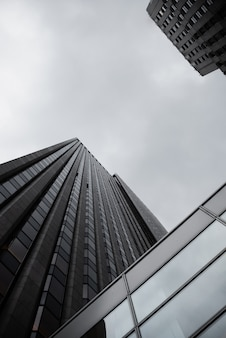 Вид снизу городского пространства с небоскребами