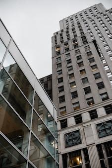 都市建築の低角度のビュー
