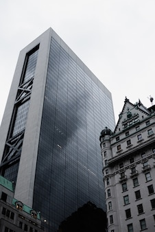Низкий угол обзора городских зданий