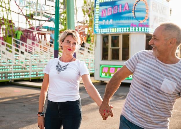 手を繋いでいるミディアムショットかわいいカップル