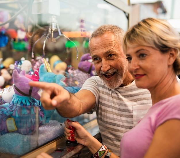 ミディアムショットの女性と男性のおもちゃを見て
