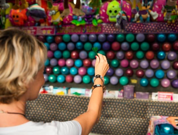 Крупным планом женщина появляются воздушные шары