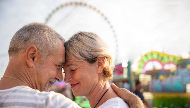 テーマパークでのクローズアップの人々のロマンチックな瞬間