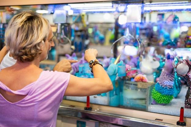 テーマパークで遊ぶ背面図女性