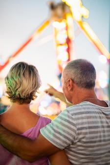 テーマパークでの背面図のカップル