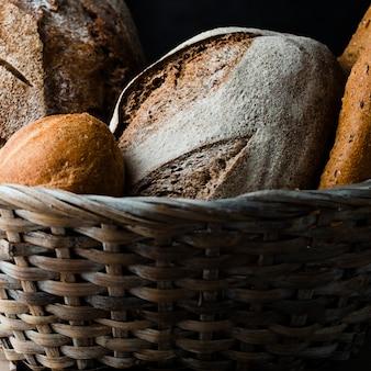 Крупным планом вид хлеба в корзине