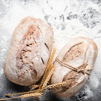 Крупным планом вид хлеба с мукой