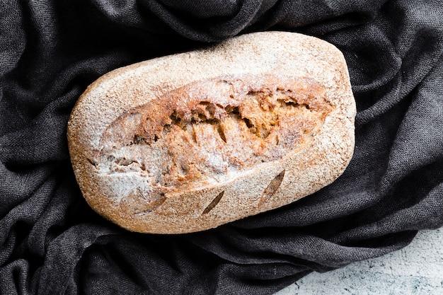 黒い布の上のパンのクローズアップビュー
