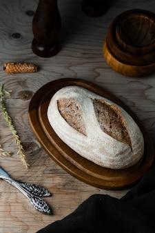 木製のテーブルとチョッパーのパンの高角