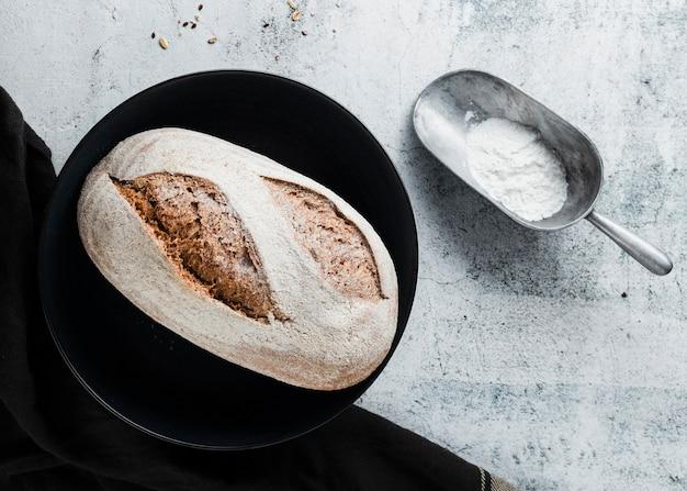 黒いプレートにパンのフラットレイアウト