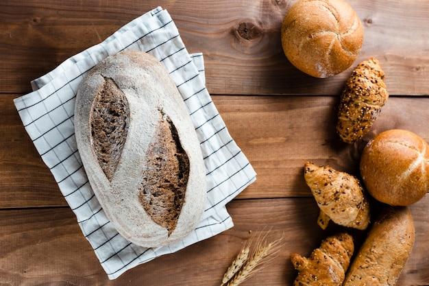 木製テーブルの上のパンのフラットレイアウト