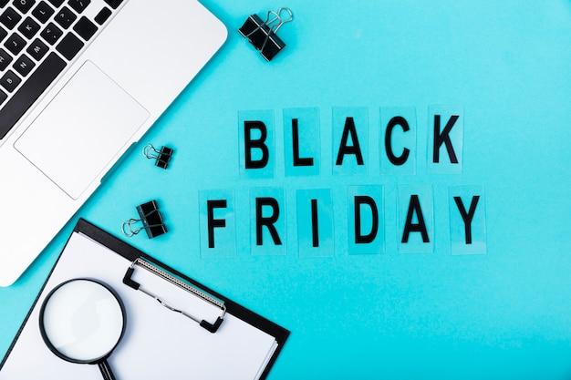 Плоская раскладка стола с черным текстом в пятницу
