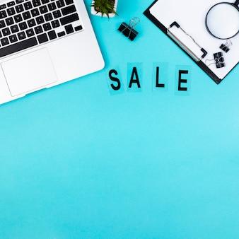 Вид сверху стола с текстом продажи