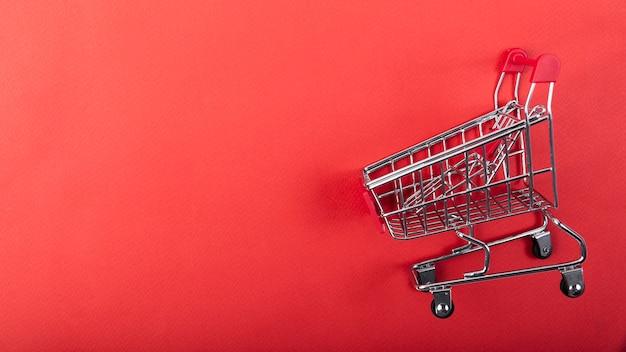 コピースペースで無地の背景にショッピングカート