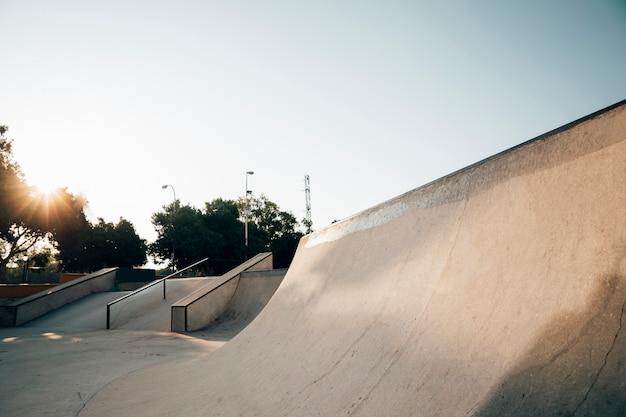 都市スケートパークの夕日