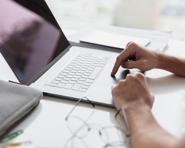 ノートパソコンとメガネと近代的なオフィス