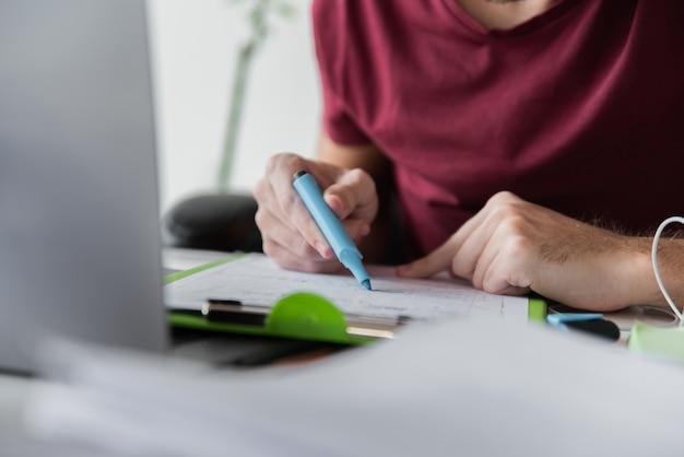 彼の論文で蛍光ペンを使用している男