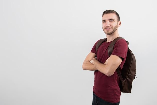 コピースペースで横に立っているかわいい男